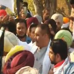 farmers besieged Vijay Sampla