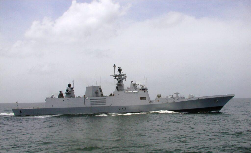 नौसेना का युद्धपोत आईएनएस कोरा आग उगलता है
