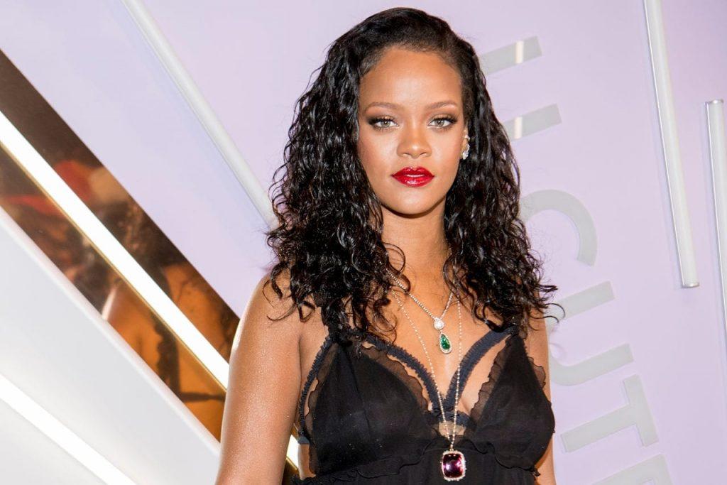 Rihanna's topless photo Viral