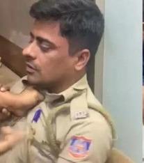 delhi police constable badly beaten video goes viral
